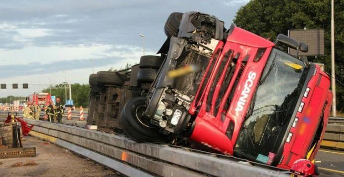 De gekantelde vrachtwagen op de A1 bij Lochem.