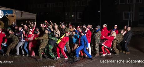 Kloontjes en Krieltjes rammelen aan deur van gesloten kroeg in Oisterwijk
