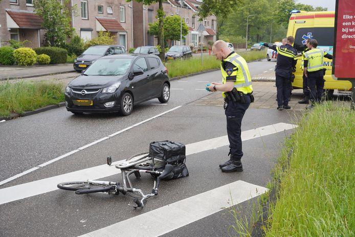 De fiets bleef achter op het wegdek.