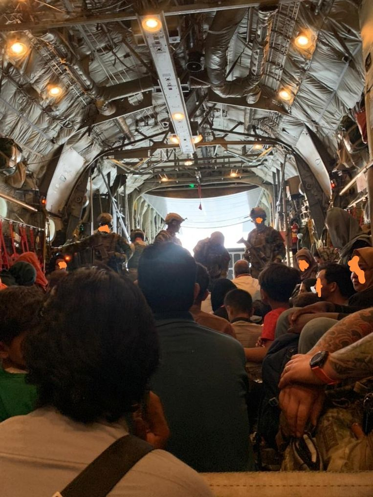 Foto vanuit het ruim van het evacuatievliegtuig Beeld  Tahmeena Sattari