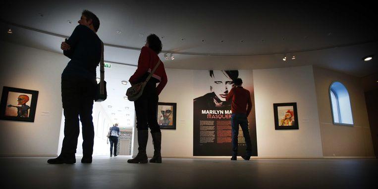 2014-01-14 GRONINGEN - In het Groninger Museum zijn schilderijen van Marilyn Manson te bewonderen. De presentatie Masquerade bestaat uit een serie aquarellen die gemaakt zijn door de Amerikaanse shockrock zanger/kunstenaar Marilyn Manson. Hij schildert beklemmend vreemde lichamen met zachte, bijna tere lijnen en kleuren. Het is de eerste tentoonstelling die het museum presenteert in samenwerking met het festival Eurosonic/Noorderslag. ANP CATRINUS VAN DER VEEN Beeld ANP