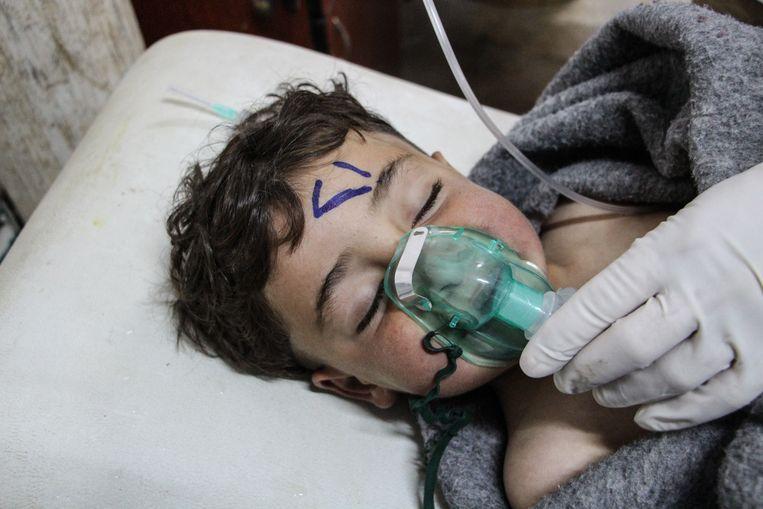Een kind krijgt zuurstof toegediend ter behandeling in het ziekenhuis. Beeld EPA