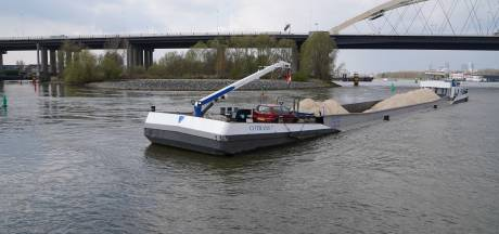 Binnenvaartschip in de problemen: vastgelopen op een zandbank vlakbij de Van Brienenoordbrug