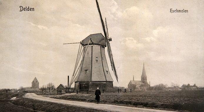 De Eschmolen in 1910 op een ansichtkaart. De laatste molenaar Derk Jan van den Berg staat ervoor. De molen was aan de zijkant nog met schaliën bekleed.foto Erven J. Nijhuis delden esch molen eschmolen
