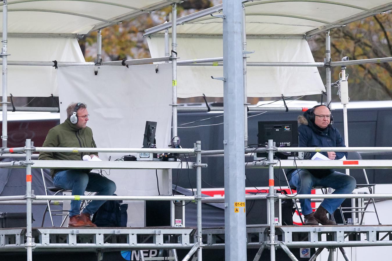 De NOS zond zondag voor het eerst in de historie een wedstrijd uit de eredivisie vrouwen rechtstreeks uit. Rechts commentator Frank Wielaert.