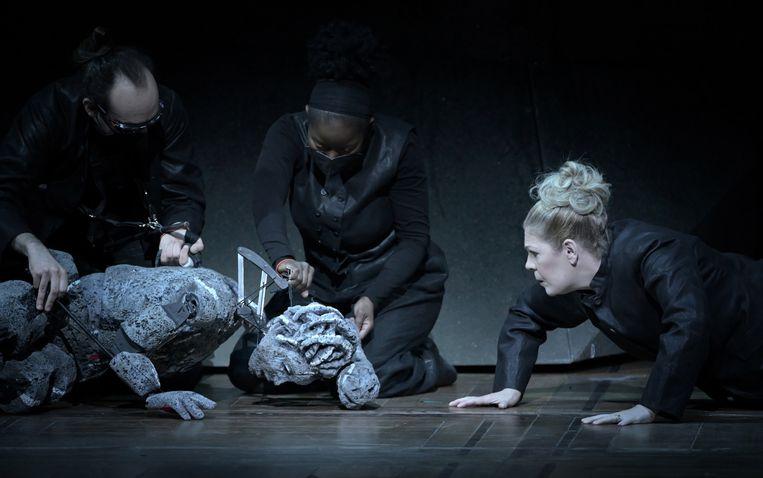 Sondra Radvanovski (rechts) zingt de titelrol in 'Aida'. De marionetten zijn gebaseerd op het werk van de Zimbabwaanse kunstenaar Virginia Chihota. Beeld Vincent Pontet