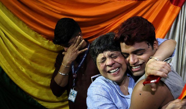 Indiase lhbt-activisten  reageren op het nieuws van de beslissing van het Hooggerechtshof.  Beeld EPA