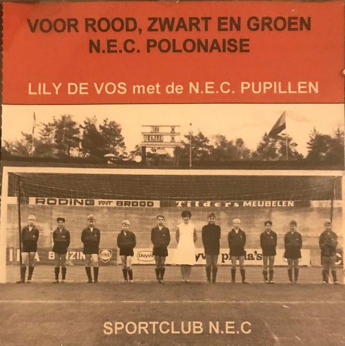 Lily de Vos, de zangeres van Voor Rood, Zwart en Groen, is overleden. Op de foto: de singlehoes van Lily de Vos met het pupillenkoor van NEC.