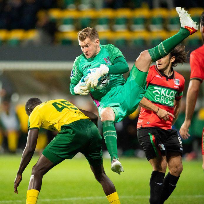 NEC-doelman Mattijs Branderhorst vangt een bal tijdens de wedstrijd tegen Fortuna Sittard.