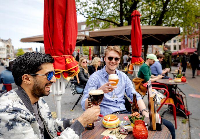 Terrasgangers op het Neude in Utrecht.