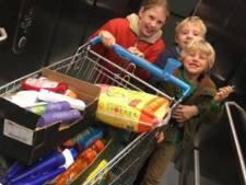 Une famille offre une minute de shopping gratuit à des sans-abri