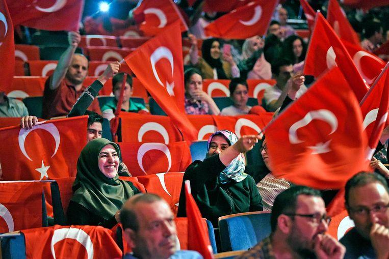 In de zaal wordt trots met de Turkse vlag gezwaaid. Beeld Guus Dubbelman