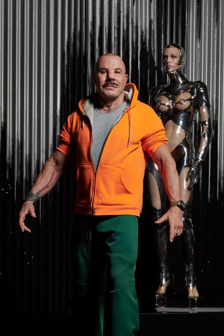 Modekoning Thierry Mugler bezoekt zijn eigen expo in Kunsthal: 'Ik kijk nooit naar mode'