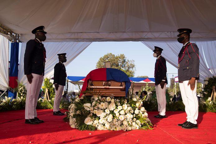 Des policiers gardent le cercueil contenant le corps du président Jovenel Moise pendant le début de sa cérémonie funéraire au Cap-Haïtien, en Haïti, le 23 juillet 2021.
