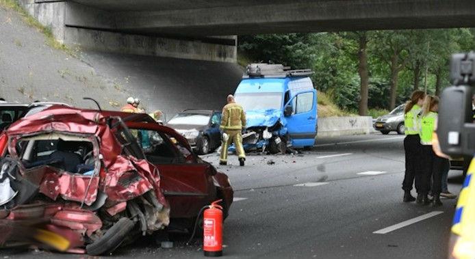Beeld van het ongeluk op de A50 bij knooppunt Ekkersweijer.