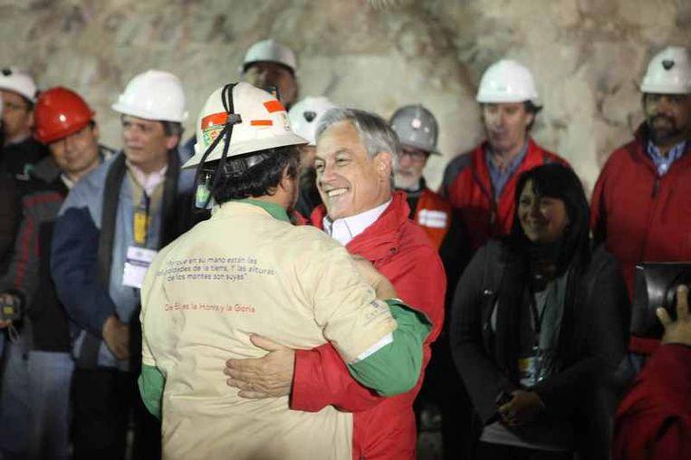 Vreugde en emoties bij de wachtenden telkens er weer een mijnwerker in veiligheid werd gebracht. Beeld UNKNOWN