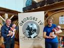 Papa Nicolas Christiaens en mama Katrien Sampers van Brouwerij Deca in Woesten werden op 23 april de trotse ouders van de tweeling Georges Arthur (links) en Marius (rechts).