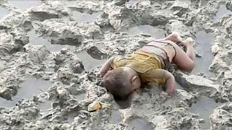 Deze foto van Mohammed Shohayet doet erg denken aan het beeld van de Syrische kleuter Aylan Kurdi die verdronk in 2015. Beeld rv
