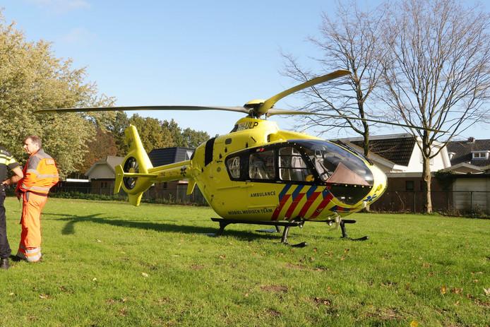 De traumahelikopter landde op een tegenoverliggend grasveld.