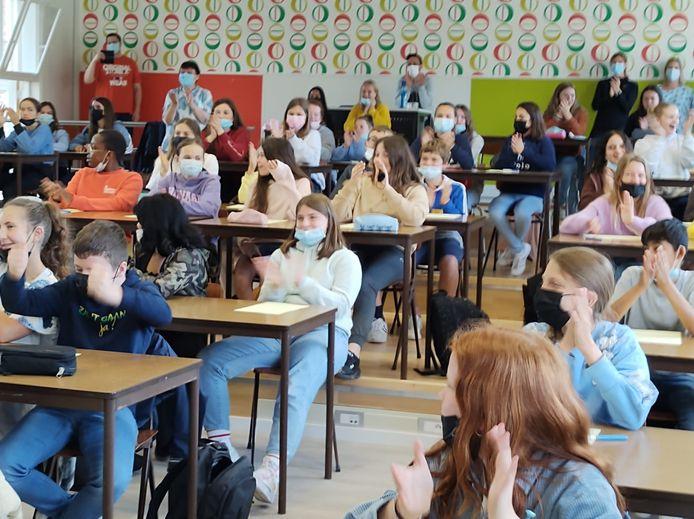 Een beeld van enkele leerlingen van het Sint-Jozefsinstituut tijdens de bekendmaking dat hun school kans maakt om Strafste School van MNM te worden.