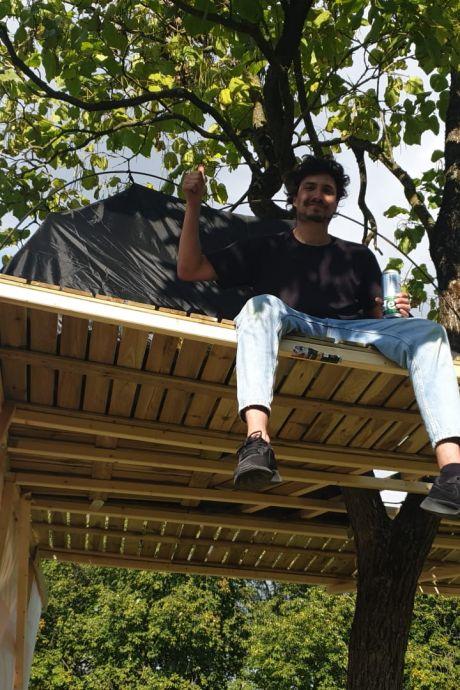 Ime (28) kan geen huis vinden en dus bouwt hij nu een boomhut: 'Wachttijden van tien jaar, het is doodziek'