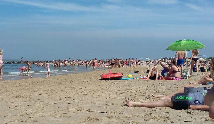 Archieffoto. Ook vorig jaar was het soms erg druk op het strandje bij Wemeldinge.