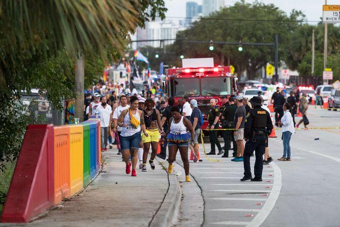 Mensen lopen weg van de plek van het ongeval, die wordt afgezet door de politie.
