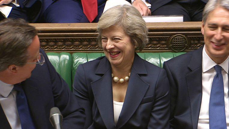 Cameron zat in het Lagerhuis naast zijn opvolgster, Theresa May. Beeld AFP