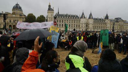 """Klimaatactivisten zetten acties wereldwijd voort, Johnson noemt hen """"knorrige jongeren die naar hennep stinken"""""""