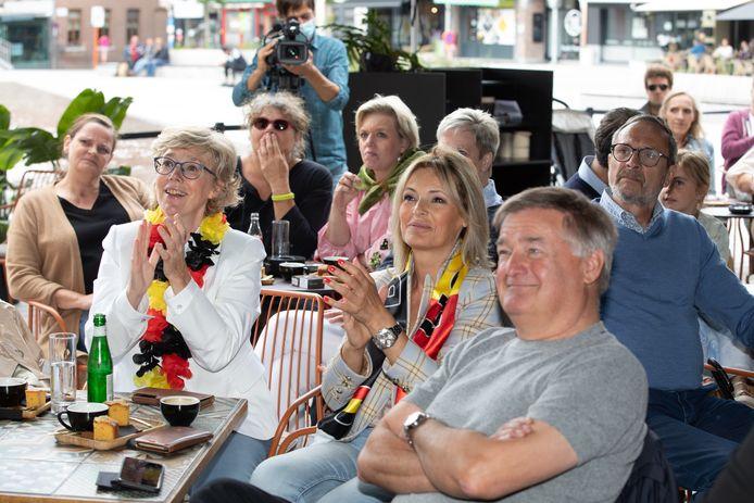 Heel wat supporters trokken zondag naar het Cosmo Café om Nina Derwael tijdens de finale aan te moedigen.