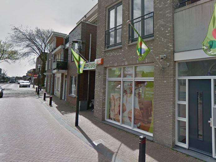 De Plussupermarkt in de Dorpsstraat in Moerkapelle wil uitbreiden, maar daar is nauwelijks ruimte voor.
