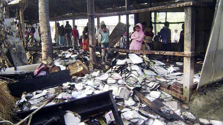 Verschillende kieslokalen, vaak scholen, werden in brand gestoken. Beeld REUTERS