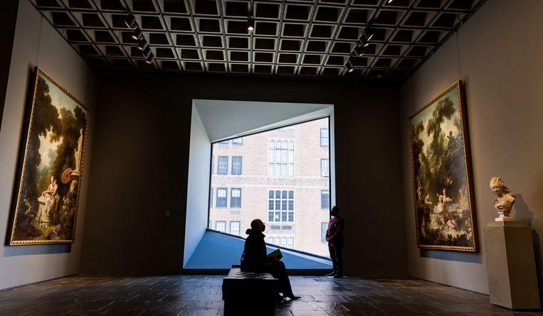 Een bezoeker bekijkt een werk van Jean-Honoré Fragonard in de tijdelijke huisvesting van de Frick Collection.   Beeld EPA