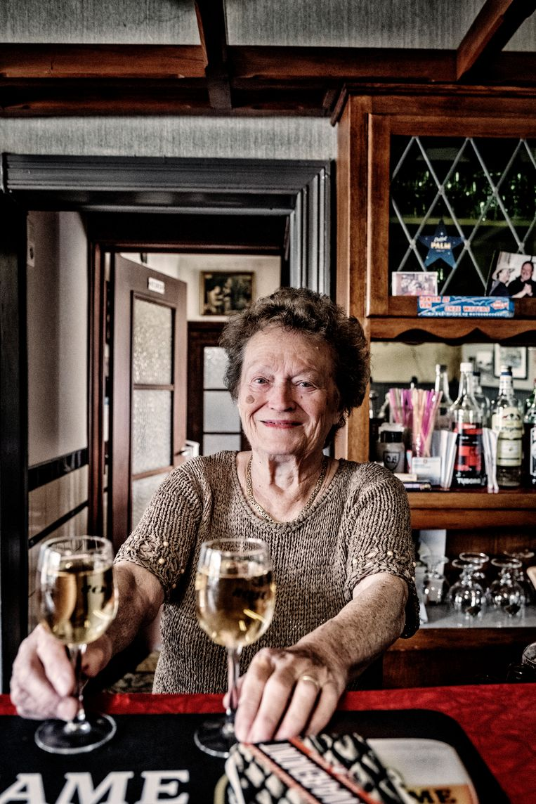 Monique Speleers, waardin van Oude Schelde, Kluisbergen: 'Omdat het café zo oud is, laat de overheid mij met rust. Ik ga nu geen kosten meer maken. 't Zal mijn tijd wel meegaan.'   Beeld Tim Dirven