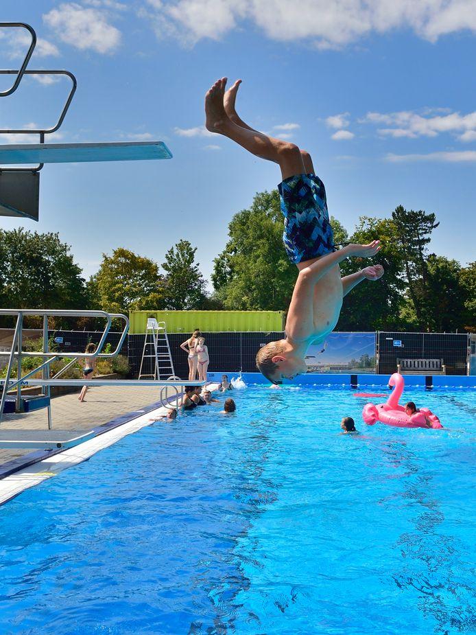 Foto ter illustratie. Zwembad De Kuil overweegt deze zomer niet open te gaan vanwege intimidatie en bedreiging van personeel. De kinderen op deze foto hebben niets met het onderwerp te maken.