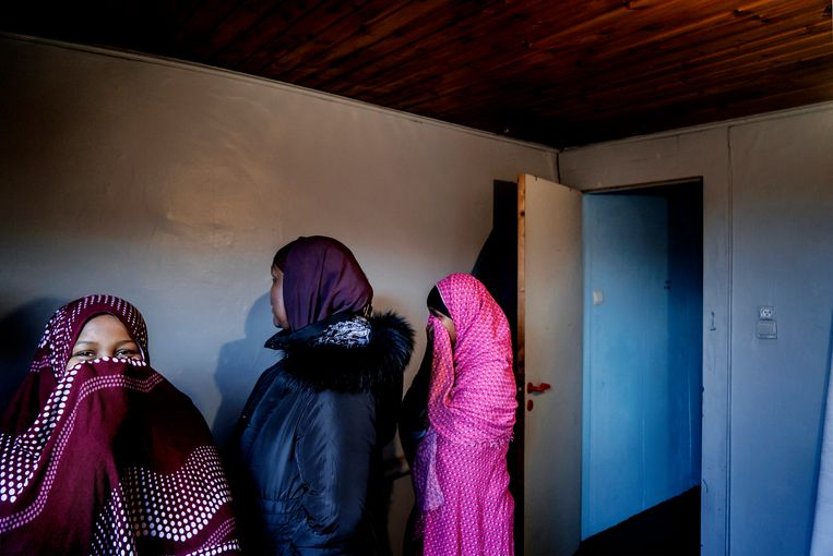 Muumino met twee dochters in een slaapkamer. Beeld Eric de Mildt