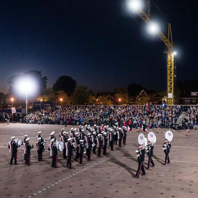De drum- en showfanfare van Apollo opende zaterdag de taptoe in Goor in nieuwe uniformen. Het spektakel werd door ruim 1500 liefhebbers bezocht.