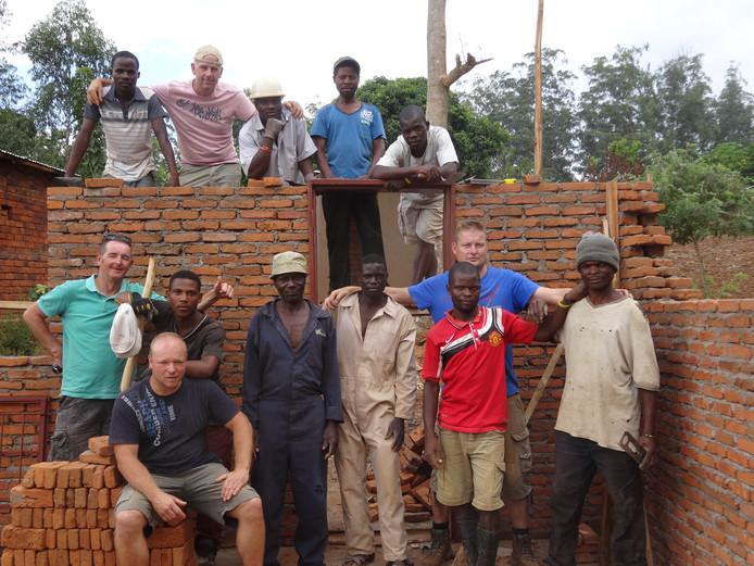 De Vrienden van Bokki zamelen al jarenlang geld in voor goede doelen en gaan zo'n project dan zelf uitvoeren met de lokale bevolking. Zoals hier in Malawi in 2014, met linksboven Richard van Stel uit Huijbergen.