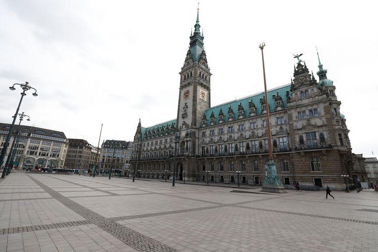 Het plein voor het stadhuis van Hamburg is vrijwel leeg. Beeld AFP