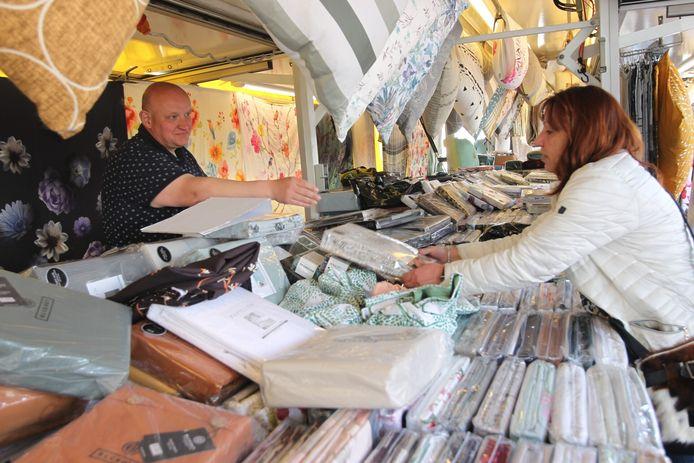 Blijdschap op de weekmarkt in Geldrop: 'Na vijf maanden zijn we eindelijk weer compleet'