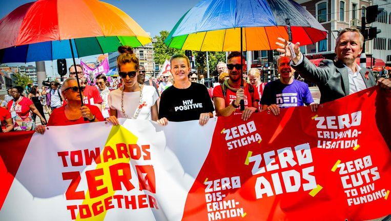 Prinses Mabel loopt samen met aids-activisten mee in een protestmars in het centrum van Amsterdam. Beeld anp