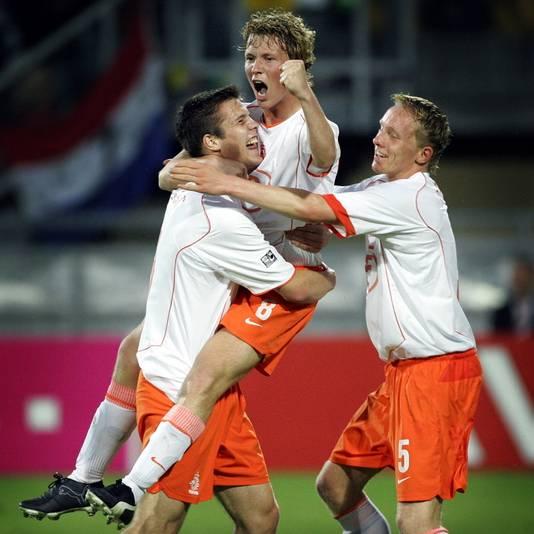 Rick Kruys springt in de armen van Ron Vlaar (l) na een doelpunt op het jeugd-WK van 2005. Rechts Jeroen Drost