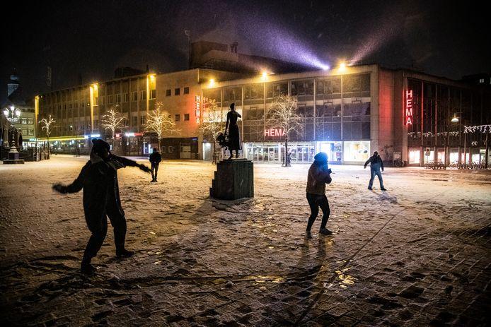 Sneeuwballengevecht rondom Mariken van Nimwegen op de Grote Markt in Nijmegen.