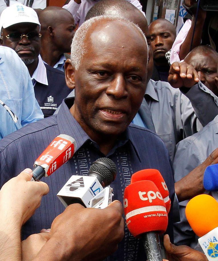 De Angolese president José Eduardo dos Santos staat de pers te woord na het uitbrengen van zijn stem bij de verkiezingen van 2012, die door zijn oppermachtige partij MPLA overweldigend werd gewonnen. Beeld reuters