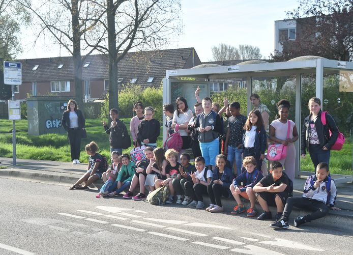 """Leerlingen van basisschool de Omnibus"""" vlissingen wachten op de bus naar Middelburg om daar over te stappen op een bus naar Terra Maris."""