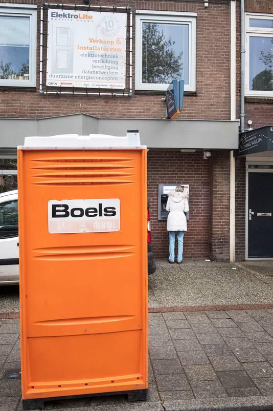 Het mobiele toilet bij de pinautomaat aan de Groenestraat, dat inmiddels een eindje verderop staat. Per 1 september verdwijnt het helemaal uit het straatbeeld.