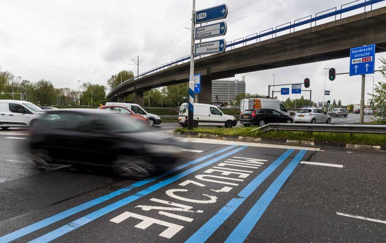 In Rotterdam wordt op het wegdek het begin van de milieuzone aangegeven.  Beeld ANP