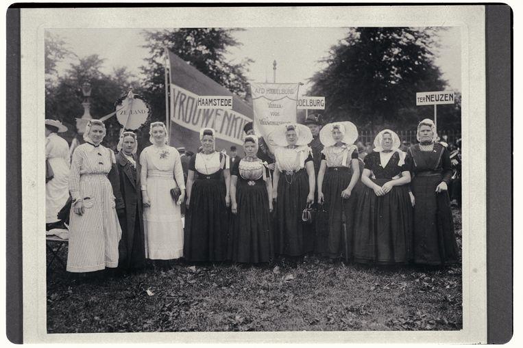Zeeuwse vrouwen in klederdracht komen op voor het kiesrecht, 18 juni 1916. Beeld Collectie IAV- Atria, kennisinstituut voor emancipatie en vrouwengeschiedenis