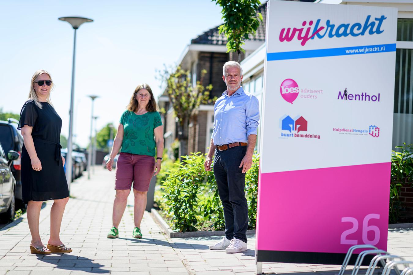 Buurtbemiddeling heeft een druk en bijzonder jaar achter de rug vanwege corona. Vlnr: Mariel van Ooster, Hermien Leussink en Peter van Den Bosch van Wijkracht in Hengelo, die de buurtbemiddeling in meerdere gemeenten in deze regio doet.