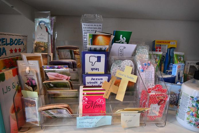 In het winkeltje op het terrein van Saron zijn christelijke souvenirs te koop.